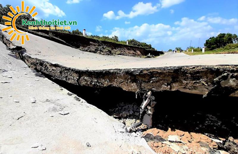 Hạn hán khủng khiếp, đường giao thông ở Cà Mau sụt lún, nứt toác - ảnh 1
